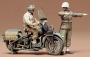 Американские мотоциклист и регулировщик